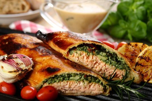 Łosoś pieczony w cieście francuskim ze szpinakiem i sosem ...