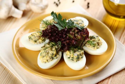 Faszerowane jajka z pieczarkami przepis  zobacz na przepisy.pl