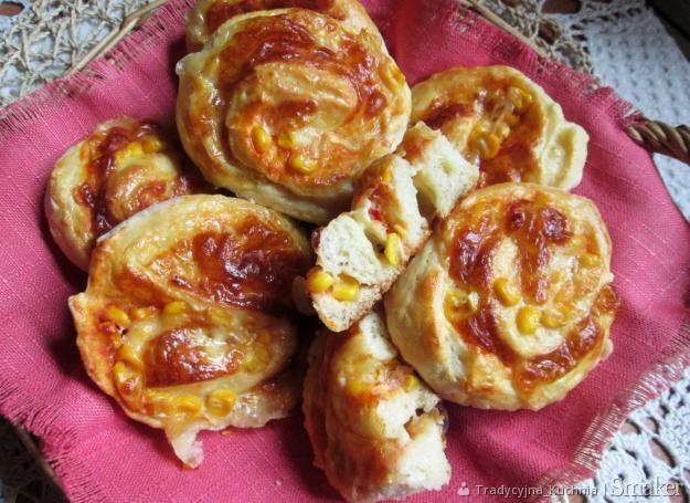 Ślimaczki drożdżowo-serowe z kukurydzą