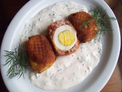 Jajka w białej kiełbasie na sosie koperkowo