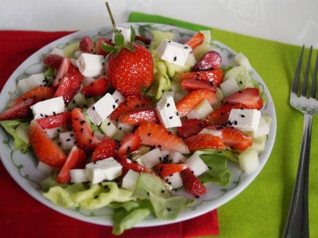 Przepis  sałatka z truskawkami i kalarepką przepis