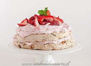 Pralinowy tort bezowy z truskawkami
