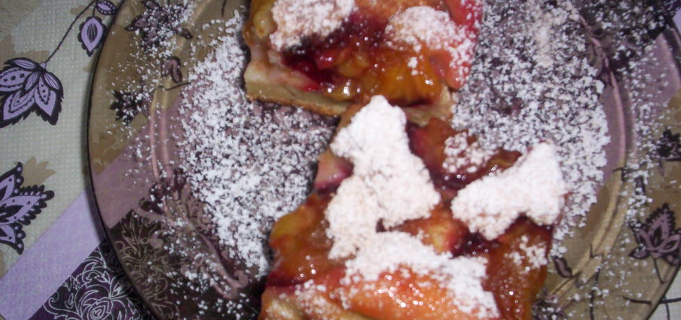 Jogurtowe ciasto ze śliwkami i jabłkami krok po kroku. (autor ...