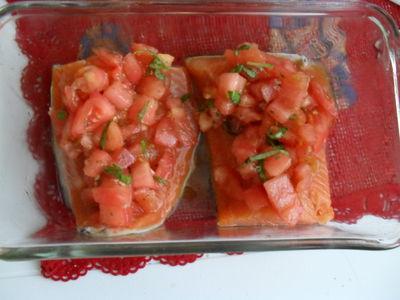 Pstrąg łososiowy pieczony z salsą pomidorową