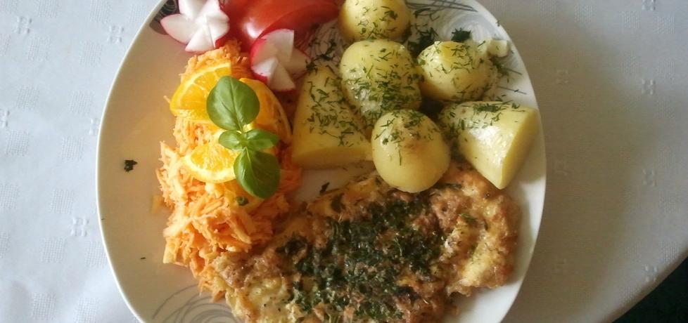 Filet w ziołach z młodymi ziemniaczkami i surówka z marchewki ...