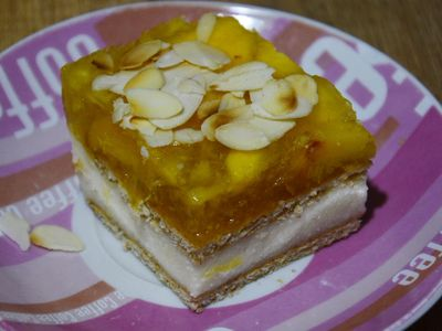 Ciasto z kaszą manną, herbatnikami i brzoskwiniową galaretką ...