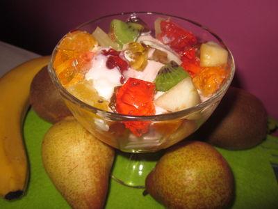 Owocowa sałatka w pucharku
