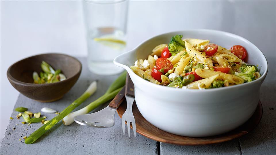Przepis na sałatkę z makaronem, warzywami i pistacjami