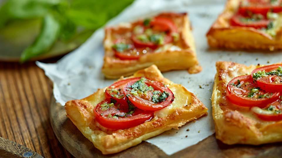 Przepis na francuskie ciastka z pomidorami i serem