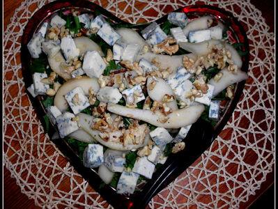 Romantyczna sałatka z gruszką i serem blue na rukoli ...