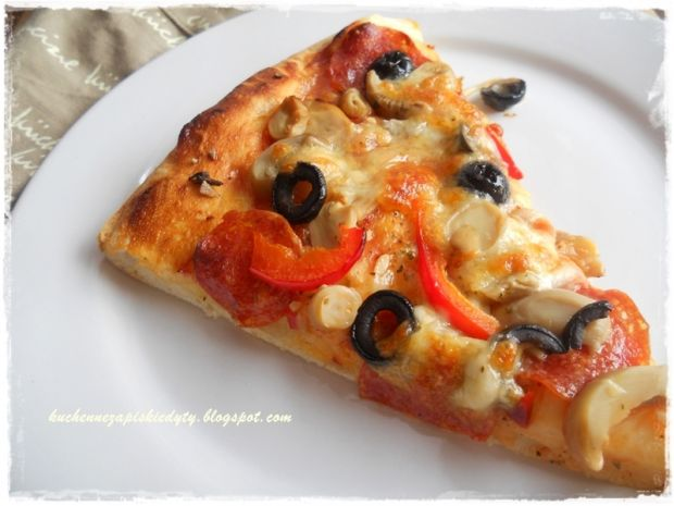 Przepis  pizza z pepperoni i pieczarkami przepis