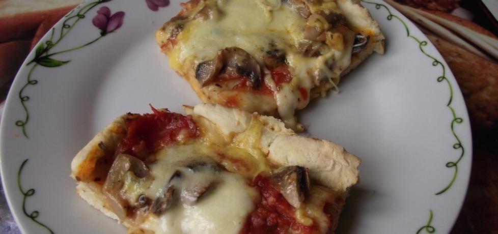 Pizza z mozzarellą, szynką i pieczarkami. (autor: kluska_87 ...