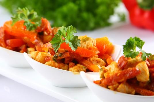 Tapas: kurczak z papryką i chorizo