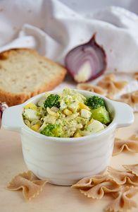 Sałatka z makaronem, brokułem, serem feta, jajkami i kukurydzą ...