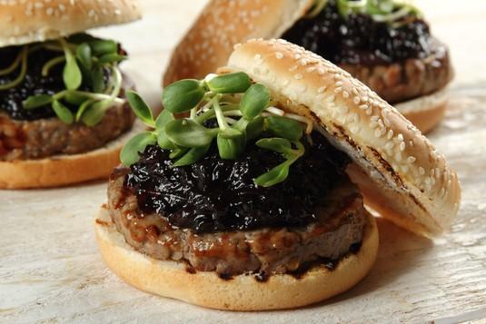 Wołowe burgery z kozim serem i konfiturą z czerwonej cebuli z ...
