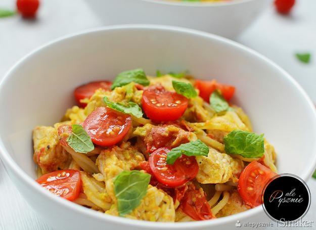 Fit makaron z awokado, indykiem i pomidorkami