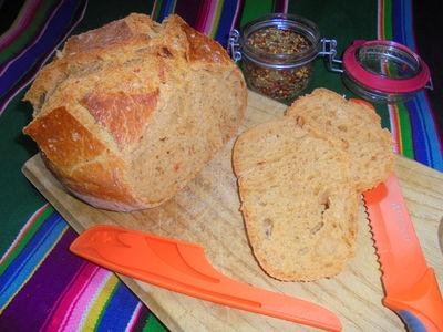 Chleb z garnka z dodatkiem suszonych pomidorów, chili, bazylii ...