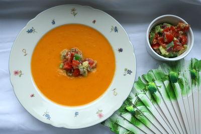 Zupa z papryki z salsą z awokado