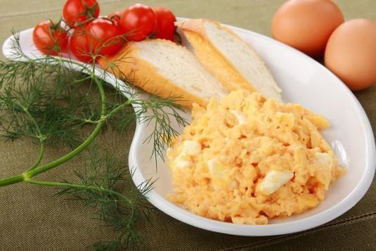 Jajecznica z serem feta