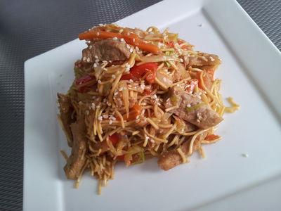 Makaron z woka w stylu chińskim z marynowaną wieprzowiną i ...