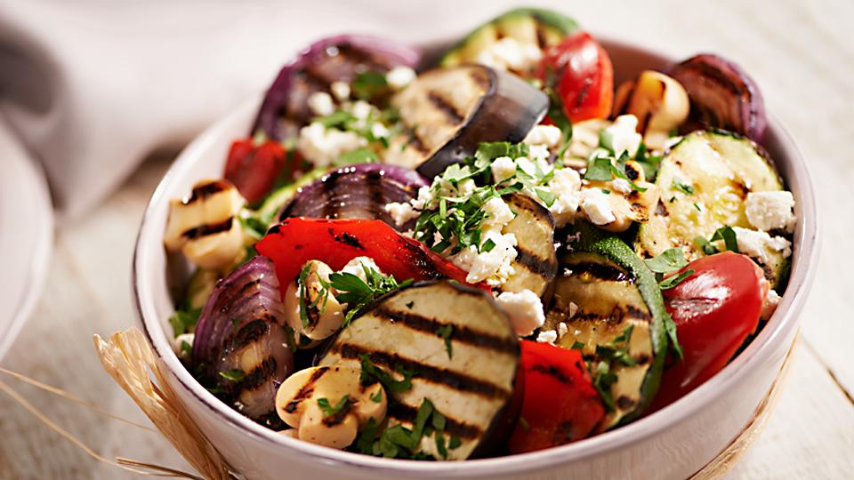 Przepis na sałatkę z grillowanych warzyw z fetą