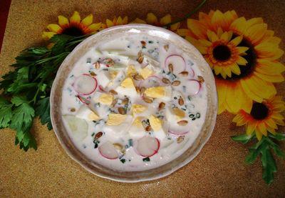 Warzywny chłodnik z jajkiem i pestkami słonecznika
