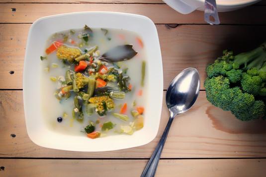 Wiosenna zupa jarzynowa z kaszą jęczmienną