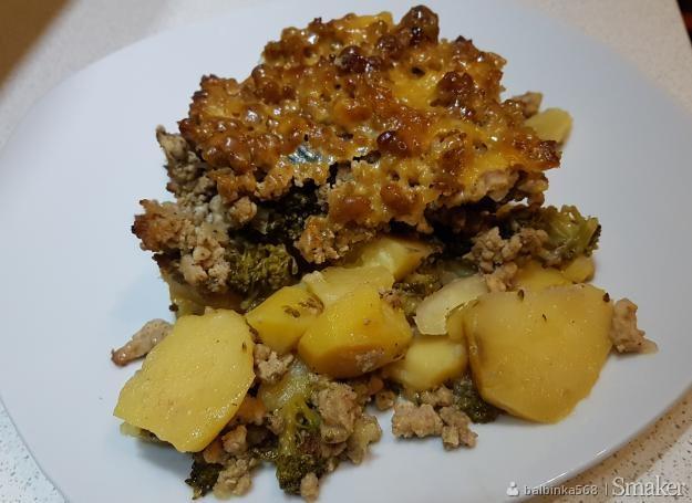 Zapiekanka ziemniaczana z mięsem mielonym i brokułami.