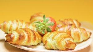 Chrupiący croissant z bananem i nutellą