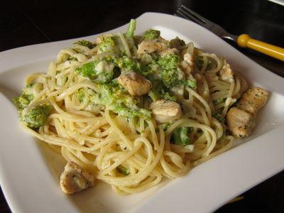 Spaghetti z kurczakiem i brokułami w sosie serowym ...