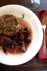 Udka z kurczaka ze śliwkami w winnym sosie