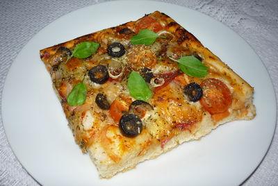 Pizza z salami, czarnymi oliwkami i mozzarellą