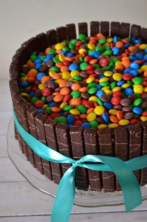 Przepis  tort z cukierkami otoczony wafelkami przepis