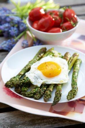 Grillowane szparagi z jajkiem  prosty przepis i składniki
