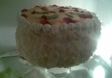 Tort śmietanowy z dekoracją owocową