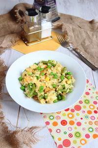 Kolorowe risotto z kurczakiem i warzywami