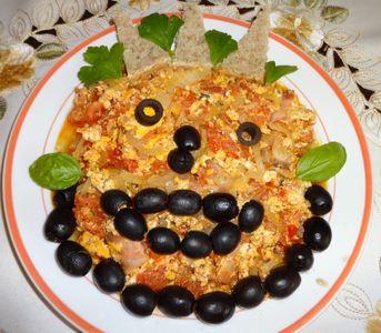 Jajecznica z pomidorem boczkiem, czarnymi oliwkami i cebulą ...