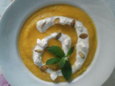 Krem z pieczonej dyni z jogurtem greckim i serem kozim ...