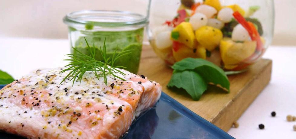 Doradca smaku iv: pieczony łosoś z warzywami i zielonym sosem ...