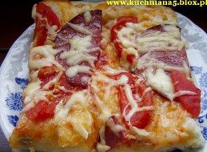 Pizza z pomidorami i salami  prosty przepis i składniki