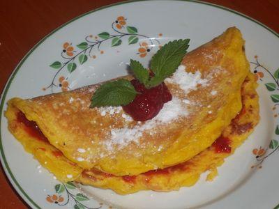 Omlet na słodko z dżemem truskawkowym