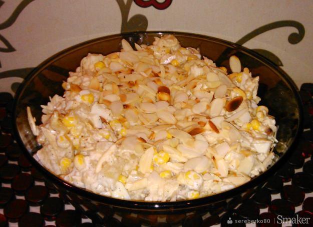 Sałatka z serem, ananasem i migdałami