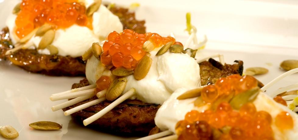 Racuszki z dyni i cukinii podane z greckim jogurtem i czerwonym ...