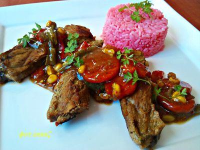 Żeberka z warzywami i różowym ryżem