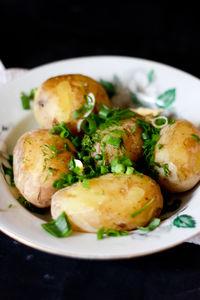 Młode ziemniaki z masłem, koperkiem i szczypiorkiem ...