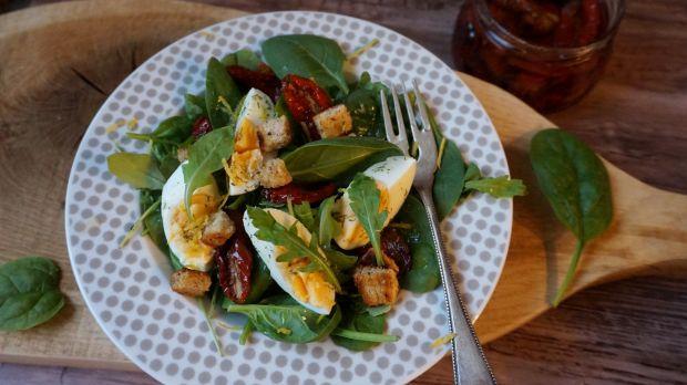 Przepis  sałatka z szpinakiem i jajkiem przepis