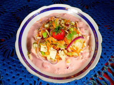Surówka z kapusty z sosem truskawkowym