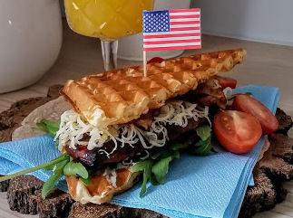 Gofrowy sandwich z piersią kurczaka glazurowaną rokitnikiem ...