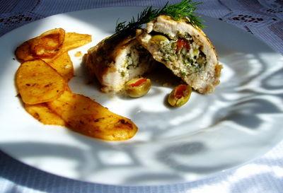 Pierś z kurczaka faszerowana fetą i oliwkami