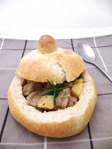 Musztardowy gulasz z dynią w chlebowych miseczkach ...